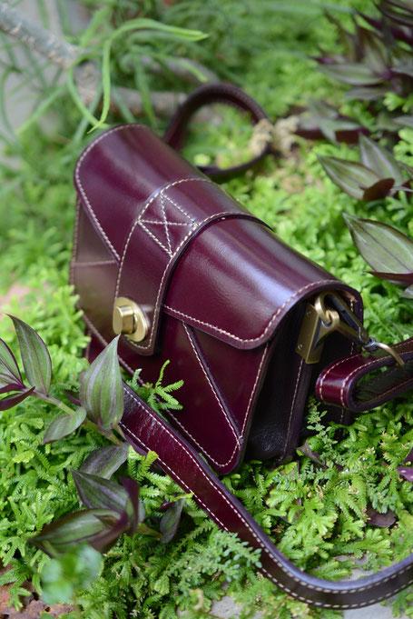 Lederhandtasche Damen Bordeaux mit weisser gesteppter Naht umlaufend