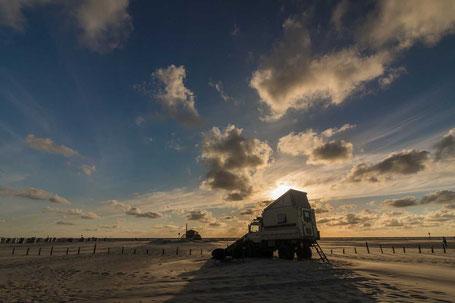Sonnenuntergang am Meer Nordsee, mit Campingwagen
