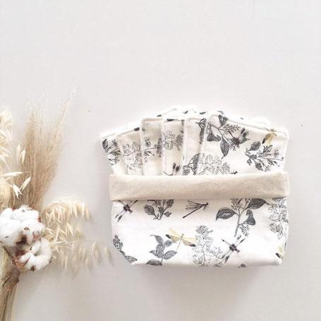 cette image représente une panière en tissu avec son lot de 6 lingettes lavables. Motif libellules, couleurs naturelles
