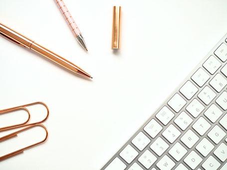 cette image représente un clavier, des trombones et des stylos