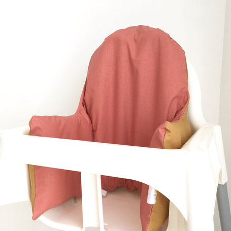 cette image représente un coussin de chaise haute uni avec une face couleur marsala et une autre face couleur curry