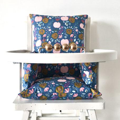 Cette image représente un coussin de chaise haute bleu en coton enduit