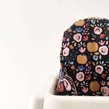 cette image représente une housse de chaise haute pour chaise haute de type Ikea. Le modèle présenté est le Black Apple