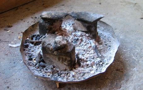 Mit Asche spülen, Lauge aus Holzasche, Geschirr sauber mit Holzasche