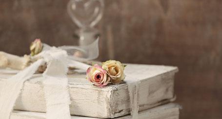 libro bianco invecchiato con rose pastello