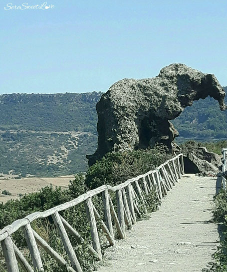 Roccia Elefante , andesitico , strada, percorso , domus de janas, medioevo, castelsardo , sa petra perdunta, seresweetlove.