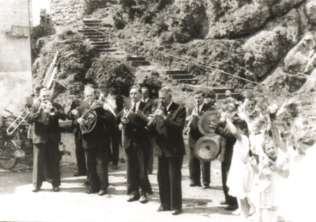 Abb. 7: Alfelder Kapelle 1953 beim Standkonzert anlässlich des 50 jährigen Jubiläums des Gesangvereins Liederkranz Alfeld.