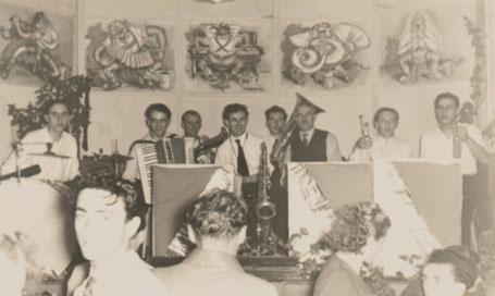 Abb. 6: Georg Maul (Bildmitte) und sein Vater Michael (rechts daneben) mit den Alfelder Juniors im Kurhaus Regelsmühle. 1953