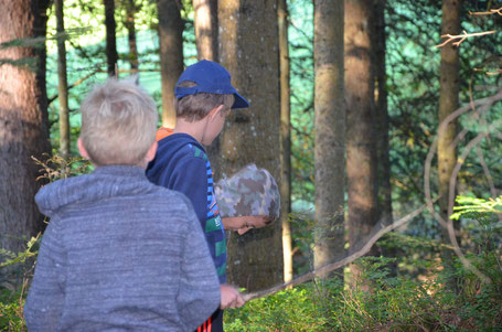 Entdeckungsreise - die Jungs im Wald in Kitzbühel