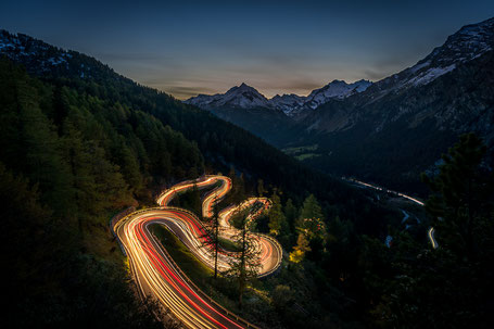 Lichtspuren des Abendverkehrs am Malojapass nach Sonnenuntergang