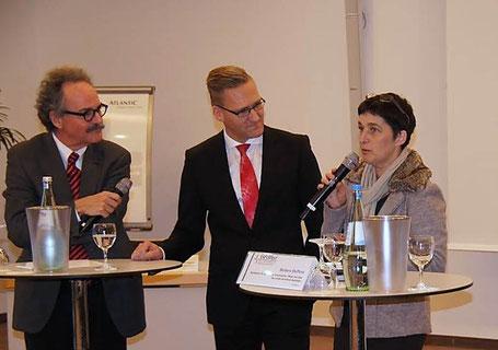 v.l.n.r.: Dr. Robert Paquet (Moderation), Günter Wältermann (Vorstandsvorsitzender AOK Rheinland-Hamburg) und NRW-Gesundheitsministerin Barbara Steffens