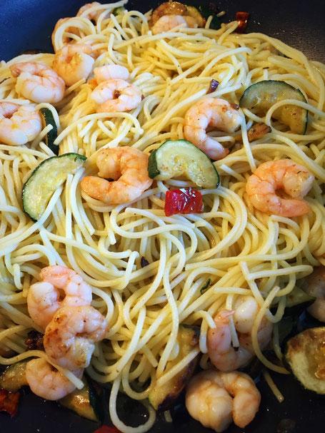 Spaghetti(ni) in Olivenöl mit Shrimps und Zucchini