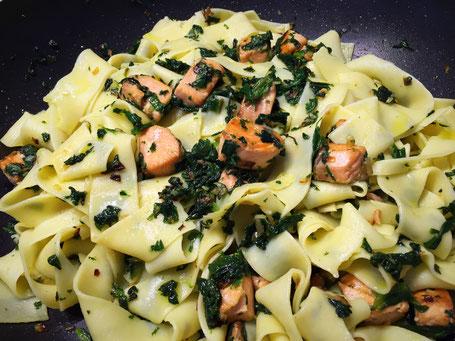 Tagliatelle mit Spinat und Lachs
