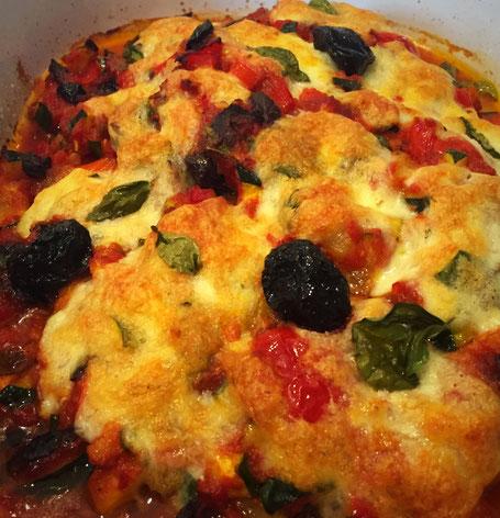 Hühnerfilet mit Olivenöl, Paprika, Oliven - mit Mozzarella überbacken