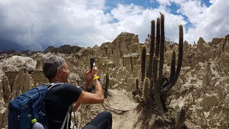 Homme photographiant les cactus de la vallée de la Lune (Bolivie)