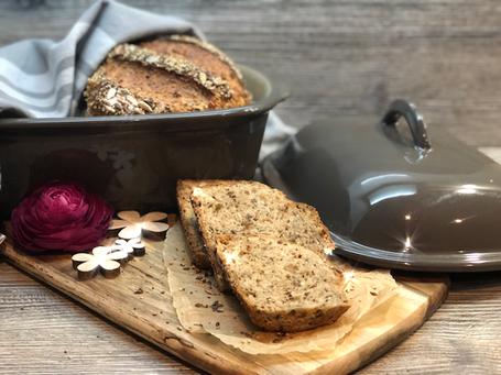Aufgeschnittenes Brot auf Holzbrett