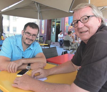 Bild: Manfred Hammes im Gespräch mit dem Regisseur Sébastien Izzo, Sohn von Jean-Claude Izzo († 2000), dem Verfasser der Kriminalromane der Marseille Trilogie.