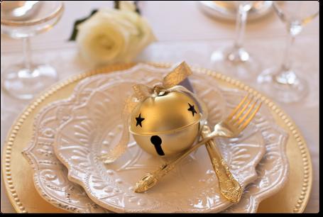 allestimento tavolo con piatti di porcellana posate,segnaposto bicchieri e rose.
