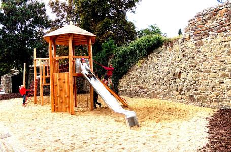 Das Klettergerüst auf dem hinteren Schulhof. Sommer 2013.