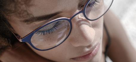 Frau mit Black Fin Brille