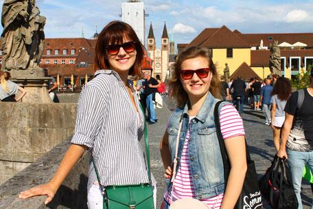Deutsch-Sommersprachkurs Universität Würzburg, Alte Mainbrücke in Würzburg mit Blick zum Dom, internationale Studierende