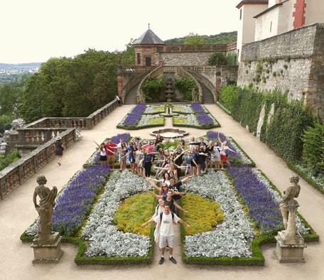 Deutsch-Sommersprachkurs Universität Würzburg, Freizeit, Festung Marienberg Würzburg, Gruppenfoto internationale Teilnehmer