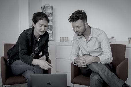 Jobcoach Manuel Haitz erarbeitet mittels Video-Feedback Möglichkeiten, im nächsten Vorstellungsgespräch noch besser aufzutreten