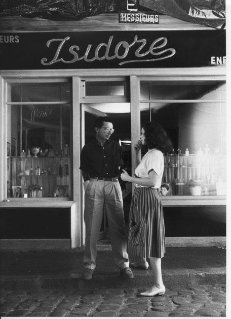 Patrice Leconte et Anna Galiena  au cours du tournage, devant l'entrée du salon de coiffure. Photo DR