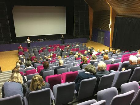 Pierre Mazet (à droite au pied de la scène) restitue la place de l'oeuvre d'Eric Holder dans le cinéma français. En effet, l'écrivain médocain, disparu en janvier 2019 a fait l'objet de trois adaptations à l'écran. Photo Jean-Louis Buresi