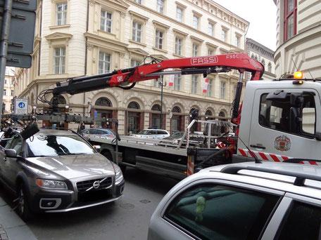 Abschleppen in Prager City. Die Parkkralle ist schon dran, das Auto wird aufgeladen und nur gegen Bezahlung frei gegeben. Wen Sie Ihre Auto nicht mehr finden, sollen Sie sich an die Polizei wenden.