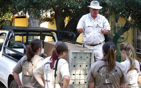Brian Jones geeft les aan vrijwilligers