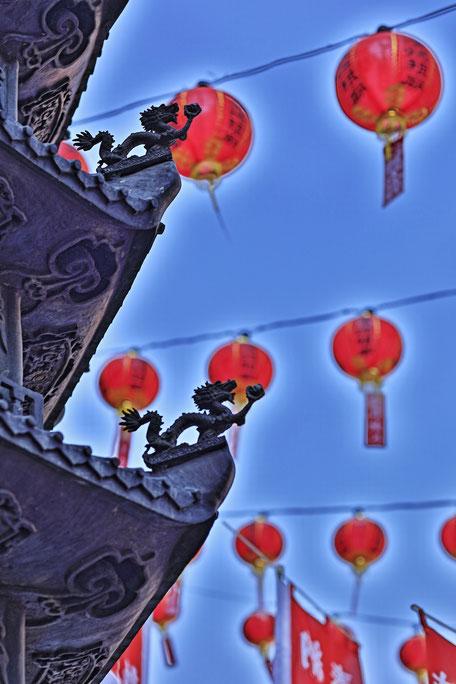 関帝廟、龍と提燈を幻想的にPhoto by Masako