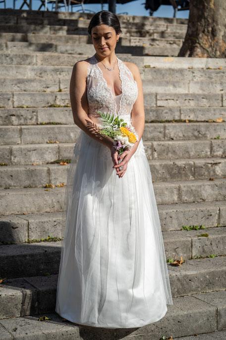 Robe de mariée haut tout en transparence recouvert de dentelle et jupe en satin et tulle léger