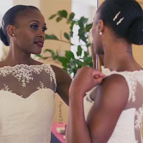 Robe de mariée fourreau entièrement recouverte de dentelle, prolongé en bas par un volant traînant, dos nu recouvert de dentelle