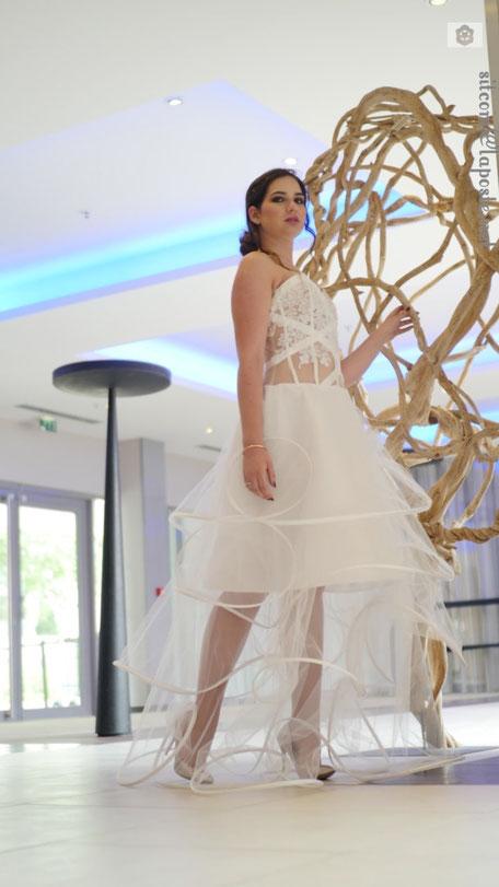 Robe de mariée à 3 hauteurs de volant tout en transparence, bustier recouvert de dentelle