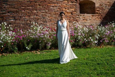 Robe de mariée bustier recouvert de dentelle et dos nu jupe fluide en crêpe