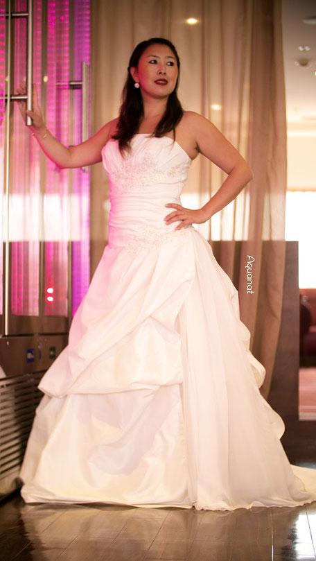 Robe de mariée, bustier drapée à la poitrine et sur la taille, jupe forme marquise avec une traîne
