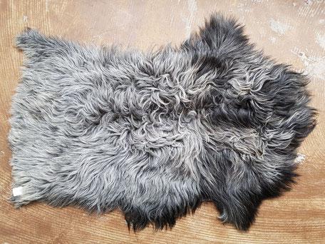 Grijze schapenvacht met zwart