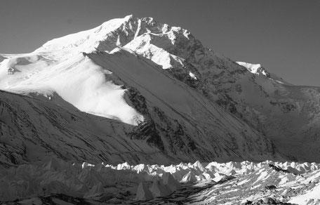 "24.05.1997   Shisha Pangma 8027 m   Kamm über den Weiden"""