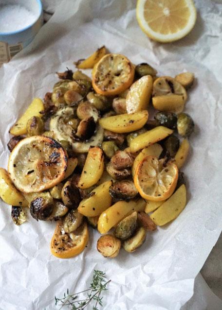 Gerösteter Rosenkohl mit Kartoffelspalten und Zitronenscheiben - Ein herbstlich/ winterliches Wohlfühlessen
