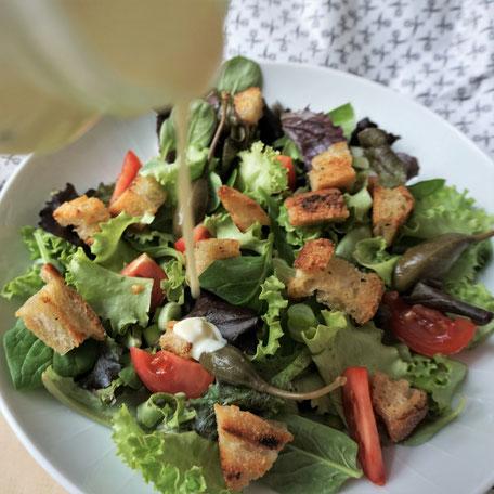 Blattsalat mit geröstetem Brot und cremiger Salatsauce