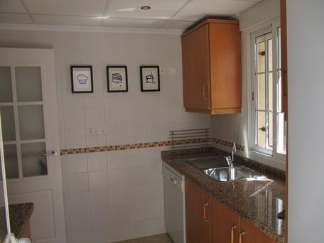 Keuken met deur naar woonkamer Villa Casa del Lago
