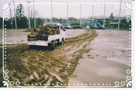 【楽輪】品番001番 補助輪スタッドレス 運動場に芝搬入ー2(梅雨)