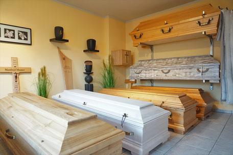 In unserem Ausstellungsraum präsentieren wir Ihnen Särge, Urnen, Sargkreuze, Bestattungswäsche und Grabkreuze/-tafeln in allen Preislagen und aus verschiedensten Materialien.