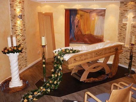 In unserem geschmackvoll eingerichteten Abschiedsraum können Sie sich in aller Ruhe am offenen oder geschlossenen Sarg von Ihrer/Ihrem geliebten Verstorbenen verabschieden. Auch kleinere Trauerfeiern bis zu 20 Personen können hier stattfinden.