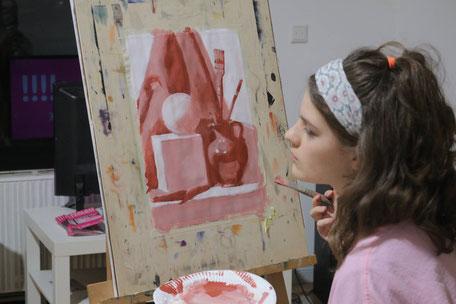 Dafür nehmen wir die Acrylfarben. In 3 Stunden wird das Stillleben gemalt. Es gibt den dunklen Ton, den Mittelton und Weiß. Es ist sehr kompliziert nur mit drei Tönen etwas zu malen. Kunstschule in Berlin-Charlottenburg