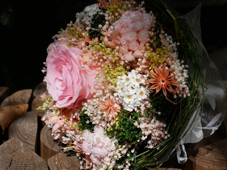 Bouquet de mariée de La cinquième saison. Fleurs séchées et stabilisées, rose éternelle. Création faite main.