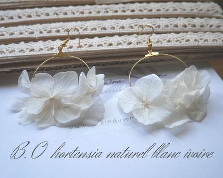Boucles d'oreilles en hortensia naturel de couleur blanc ivoire, faites main en france par la cinquième saison, artisan créatrice spécialisée dans les accessoires pour le mariage et les jolis moments.