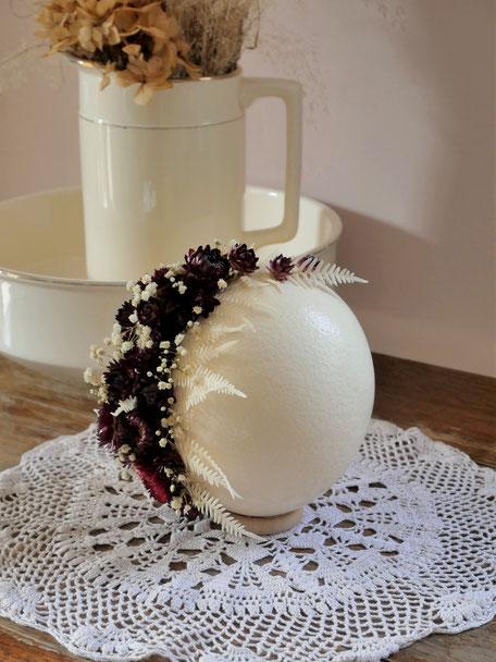 Oeuf d'autruche décoré de fleurs séchées et stabilisées. Pièce unique de la cinquième saison.
