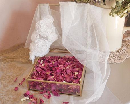 Pétales de roses produits, récoltés et séchés dans le sud de la france, par la cinquième saison.
